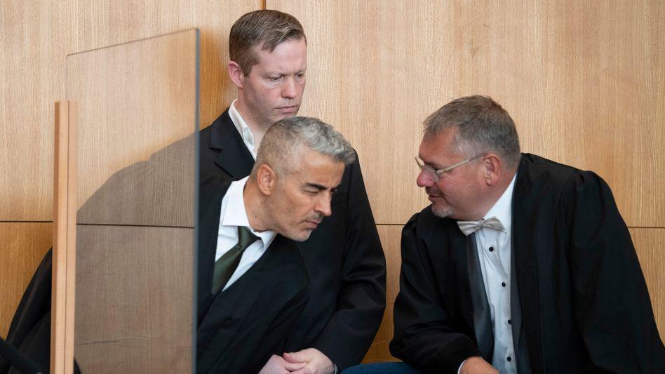 Der Angeklagte Stephan Ernst (hinten) mit seinen Anwälten Mustafa Kaplan (links) und Frank Hannig