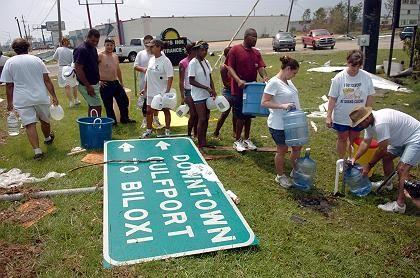 "Route 49, Gulfport: Wasserausgabe an ""Katrina""-Flüchtlinge"