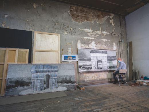 Christo in seinem New Yorker Atelier. Der Pariser Triumphbogen soll nun posthum verhüllt werden
