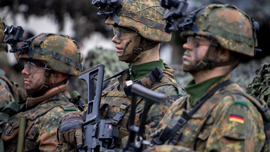 Deutsche Soldaten in voller Ausrüstung mit Nachtsichtgeräten auf den Helmen