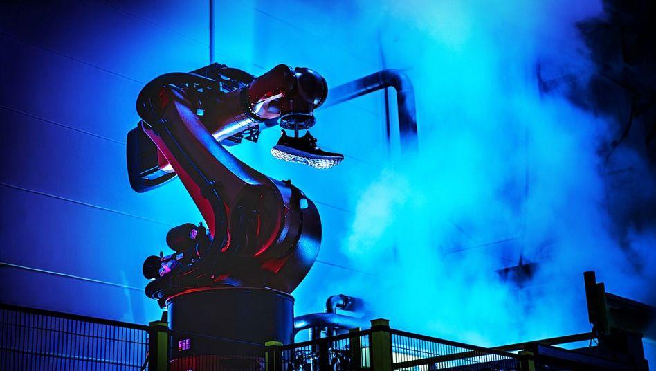 Roboter bei Sohlenproduktion von Sportschuhen von Adidas in Ansbach: Ende der Fertigung in Deutschland