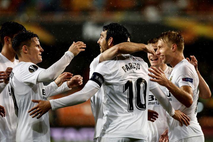 Alle lieben Dani: Kapitän Parejo (10) lässt sich für sein 2:0 feiern.