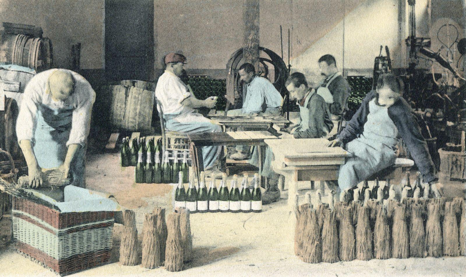 CHAMPAGNE La manutention du vin de Champagne : l habillage et l emballage . Photographie anonyme pour une carte postale