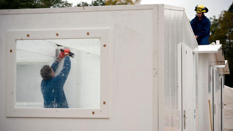 """THW-Mitarbeiter bauen an Flüchtlingsnotunterkunft bei Celle: """"Wir kriegen euch"""""""