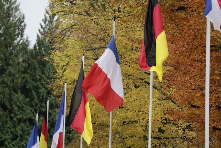 Französische und deutsche Flaggen an der Gedenkstätte