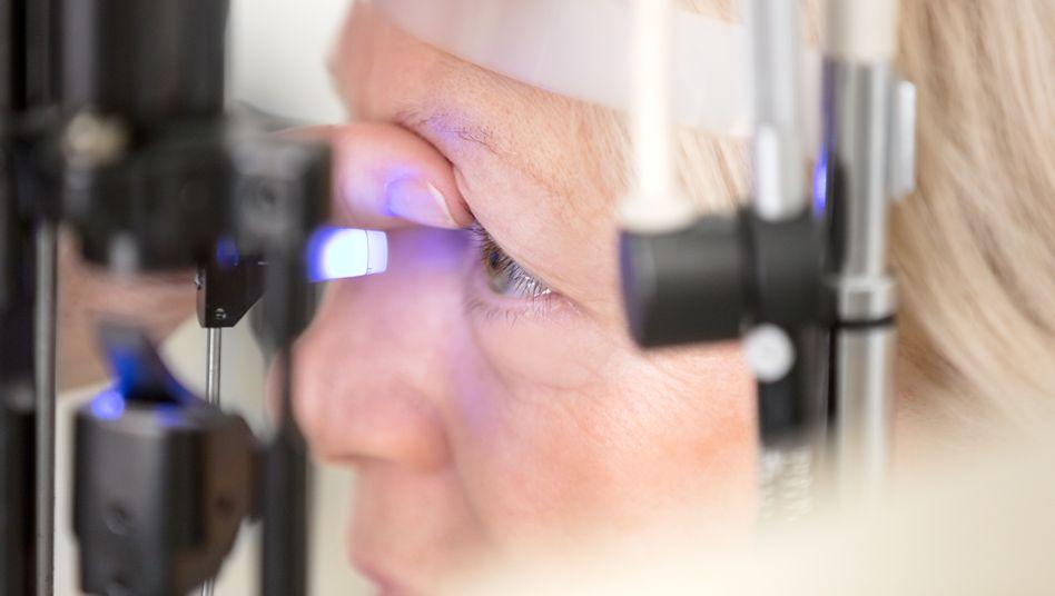 Patientin bei Glaukom-Untersuchung