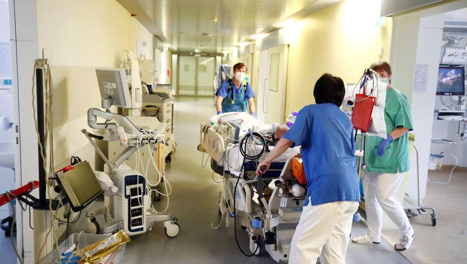 An Corona erkrankter Patient auf einer Intensivstation in Gera