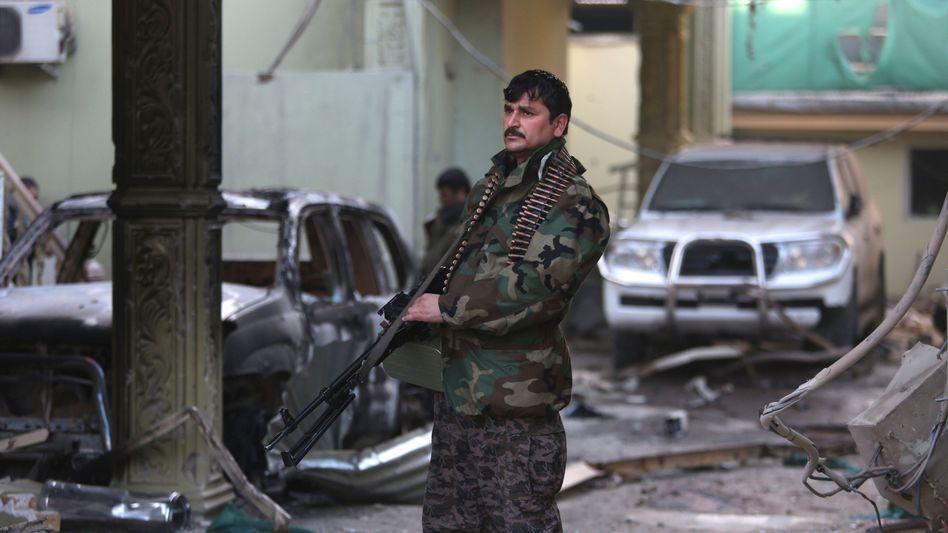 Ein afghanischer Soldat vor der spanischen Botschaft: Stundenlange Gefechte in Kabul