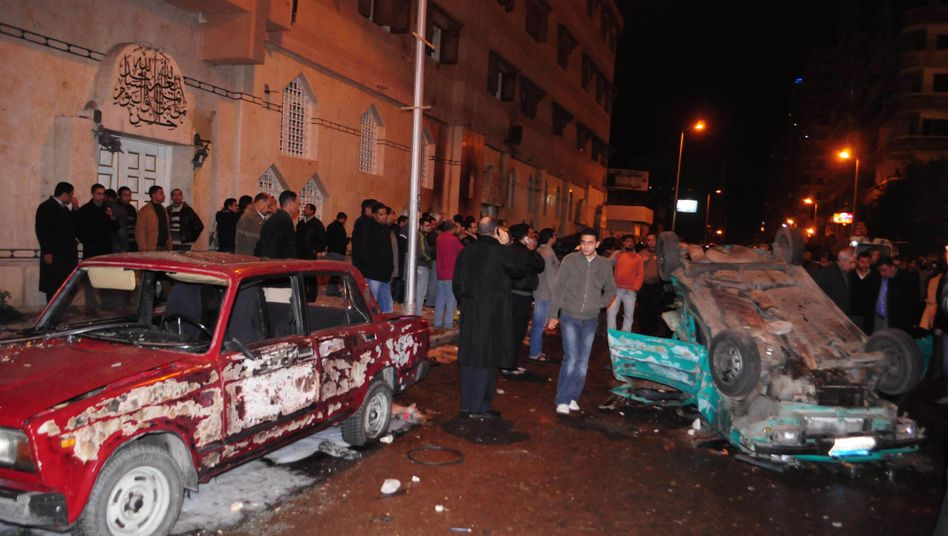 Zerstörte Autos vor einer Kirche in Alexandria: Anschlag auf die christliche Minderheit