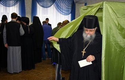 Präsidentenwahl in der Ukraine: Orthodoxer Priester bei der Stimmabgabe