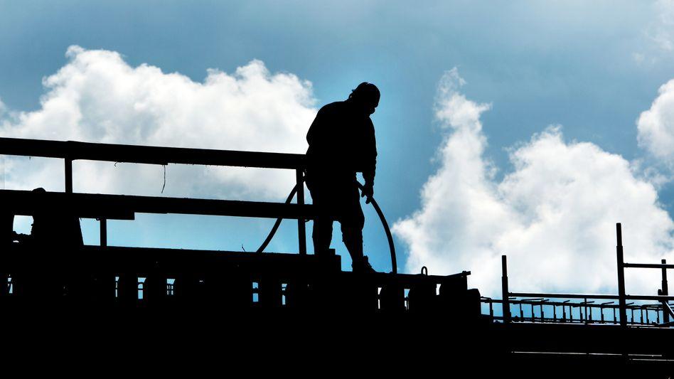 Ein Bauarbeiter auf einer Baustelle in Niedersachsen (Archivbild)