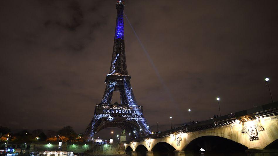 Eiffelturm in Paris: Blaue Beleuchtung für die Uno-Klimakonferenz