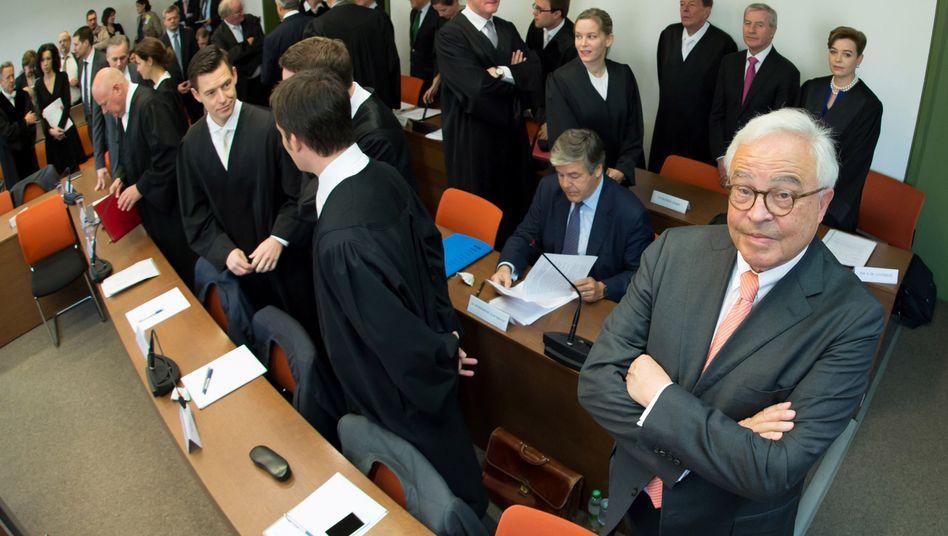 Anklagebank im Prozess, Banker Breuer (rechts), Ackermann (sitzend), Fitschen (hinten, zweiter von rechts)