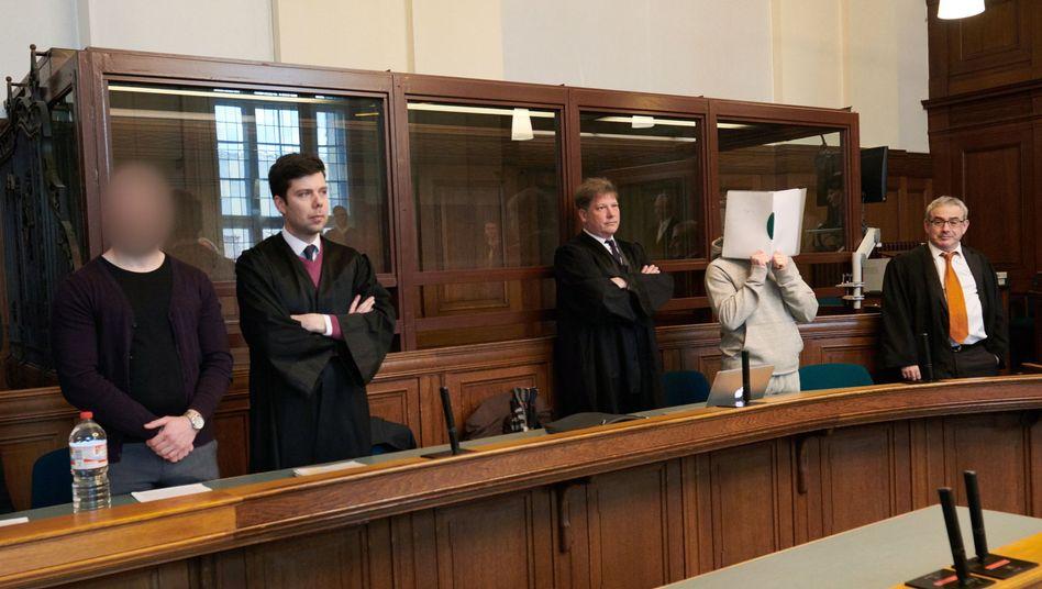 Marvin N. (2.v.l.) und Hamid H. (2.v.r.) mit Anwälten (Archivfoto)