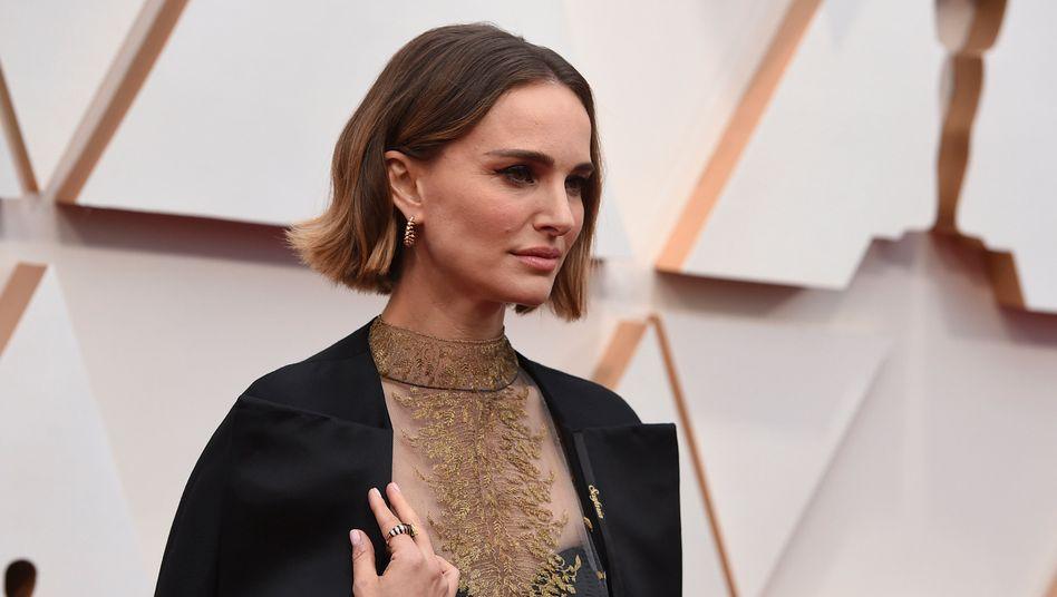 Bei der diesjährigen Oscarverleihung trug Natalie Portman die Namen der nicht bedachten Regisseurinnen auf einem Mantel