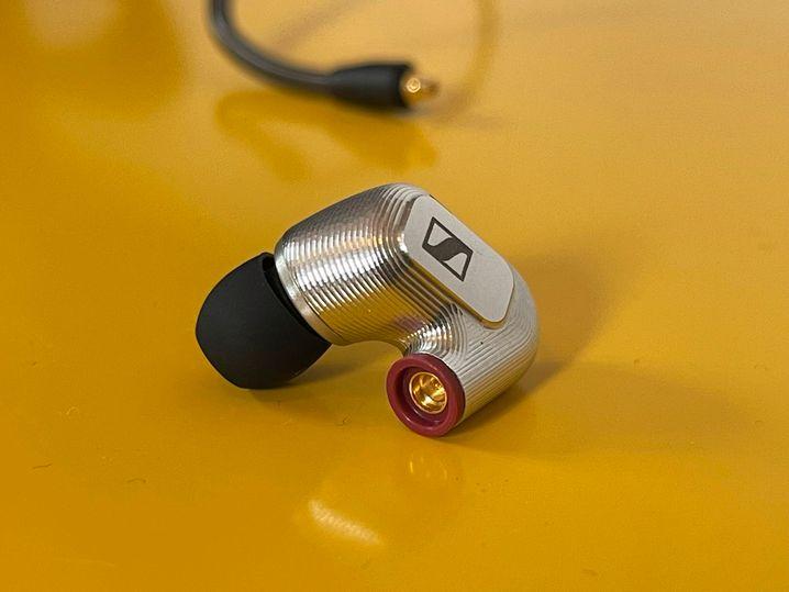Der rote Ring zeigt, dass dies der rechte Ohrhörer ist. Die Kabel werden bequem per Klickverschluss verbunden