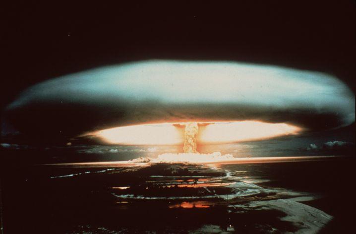 Explosion einer französischen Atombombe 1971 über dem Mururoa-Atoll.