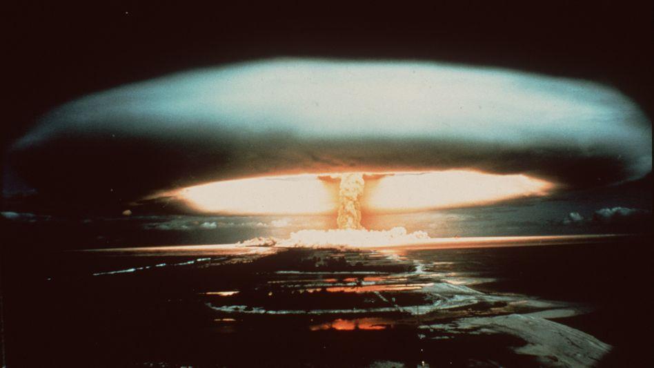 Detonation einer französischen Atombombe 1971 über dem pazifischen Mururoa-Atoll