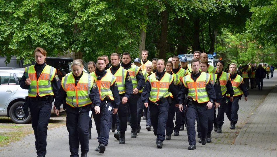 Polizistinnen und Polizisten 2015 bei der Suche nach Inga