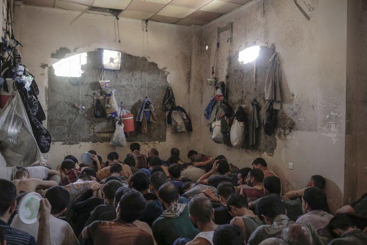 Festgenommene Dschihadisten im irakischen Mosul