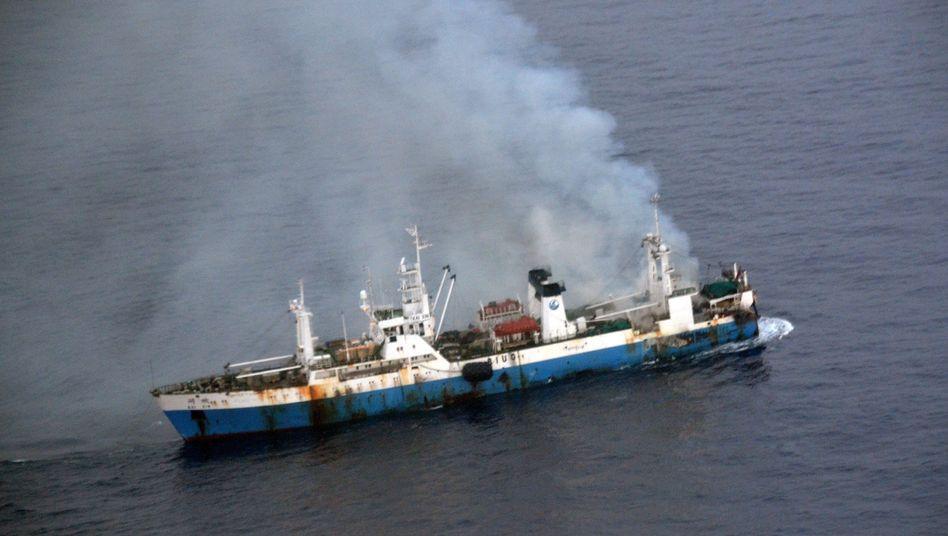 """Brennende """"Kai Xin"""" in antarktischen Gewässern: Unklar, wieviel Treibstoff an Bord ist"""