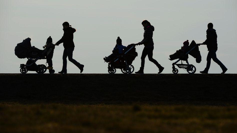 Frauen mit Kinderwagen: Der wirtschaftliche Wohlstand eines Landes ist nicht der einzige Faktor für glückliche Mütter
