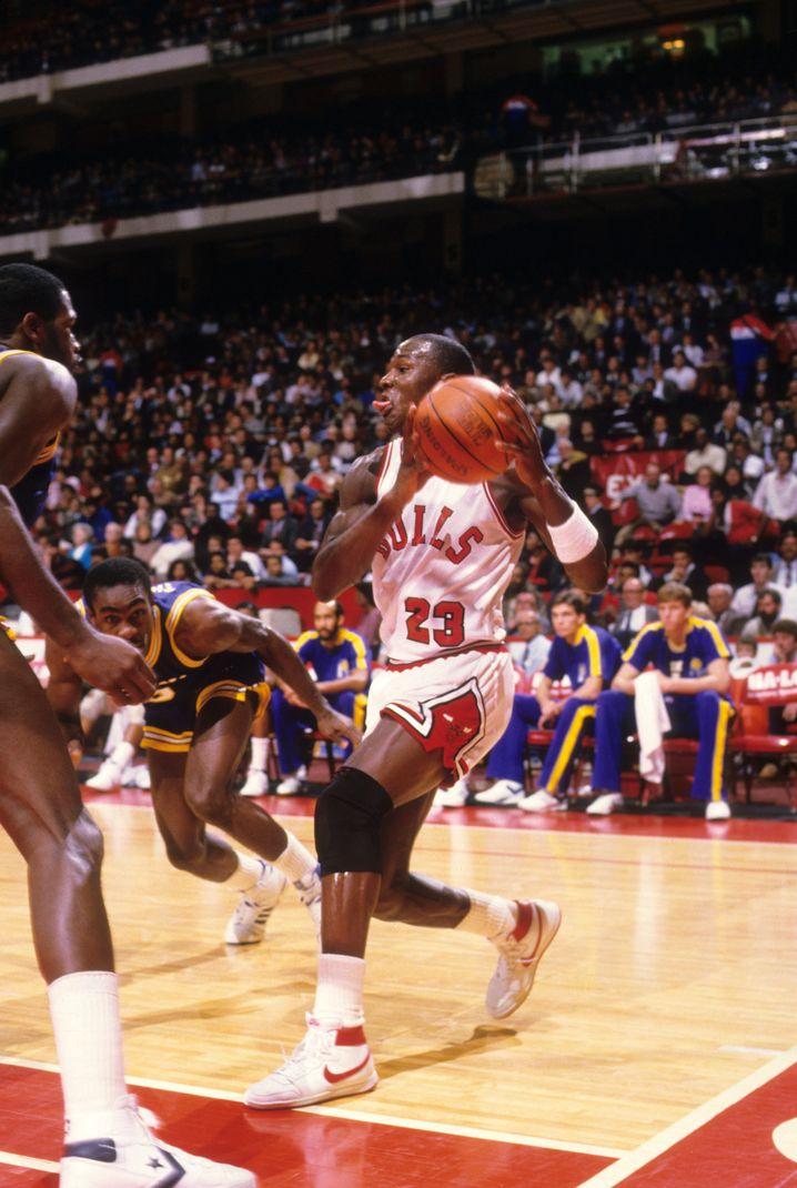 """Michael Jordan bei einem Spiel in den """"AirJordan1 High""""-Schuhen"""
