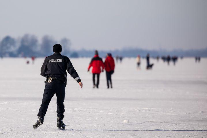 Steinhuder Meer: Dieser Polizist war auf Schlittschuhen unterwegs, um unter anderem auf die Corona-Abstandsregeln zu achten