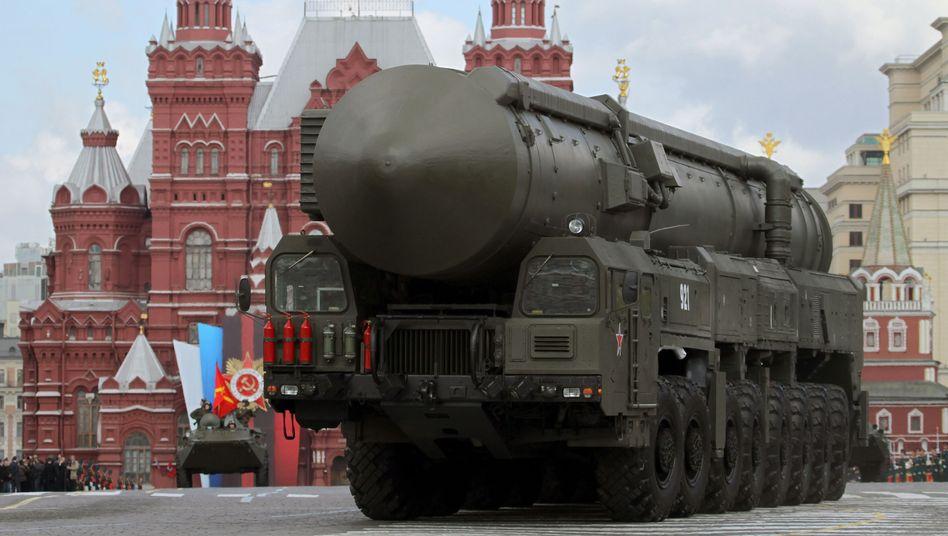 Russische Atomrakete (bei Parade in Moskau 2011): Kernphysiker soll Geheimnisse über Sprengstoffe verraten haben