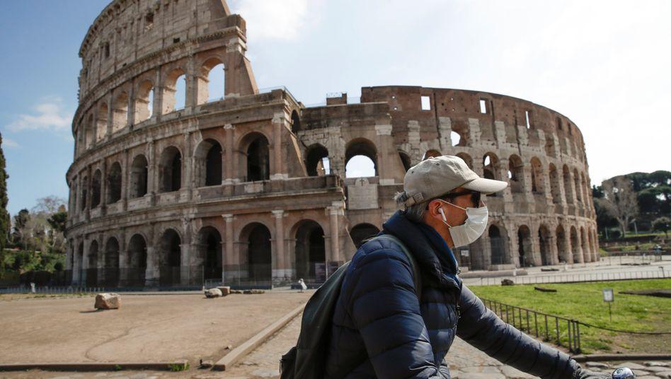Mann mit Atemschutzmaske in Rom: Deutschland beliefert Italien