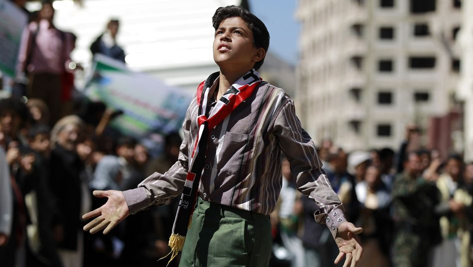 Ein Junge protestiert vor dem UN-Büro in Jemens Hauptstadt Sanaa.
