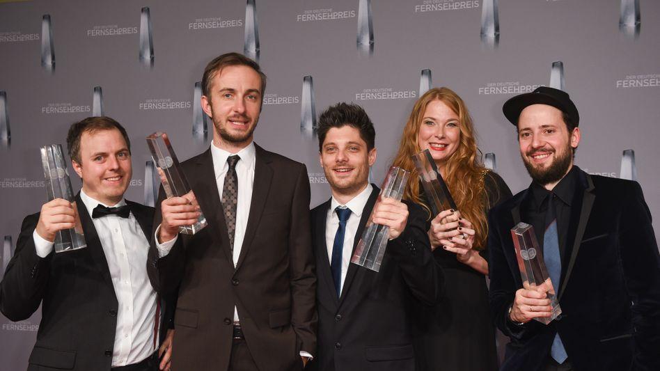 Jan Böhmermann feierte 2016 den deutschen Fernsehpreis mit den btf-Produzenten Matthias Murmann (ganz links) und Philipp Käßbohrer (ganz rechts). Ebenfalls im Bild: Sebastian Flohr (ZDFneo), Nicole Sprenger (ZDF)