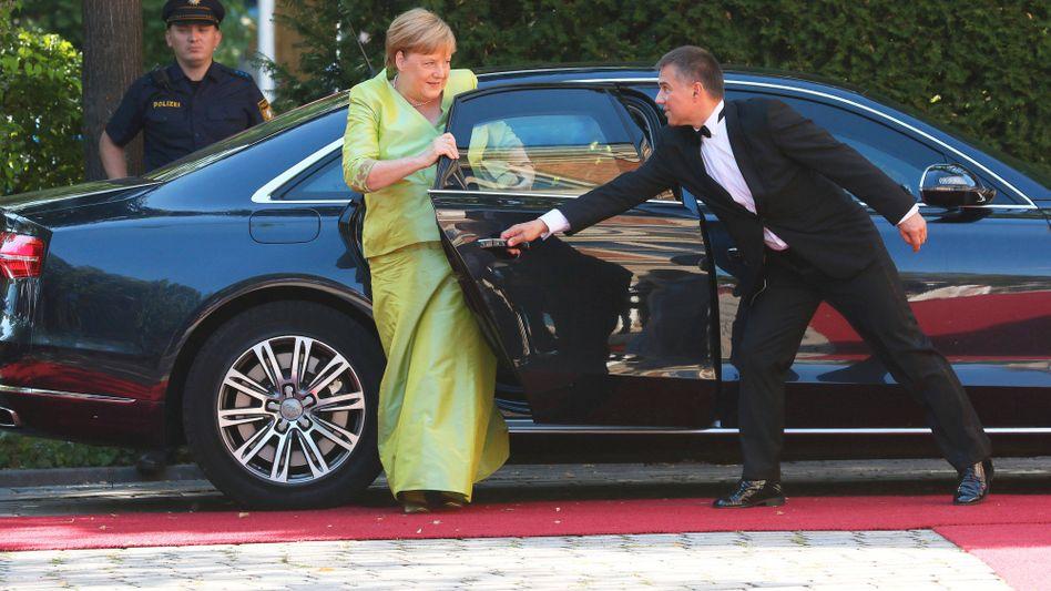 Tür auf für Angela Merkel (Archivbild): Sie gehört zu den 911 Gästen, die in diesem Jahr bei den Festspielen dabei sein dürfen