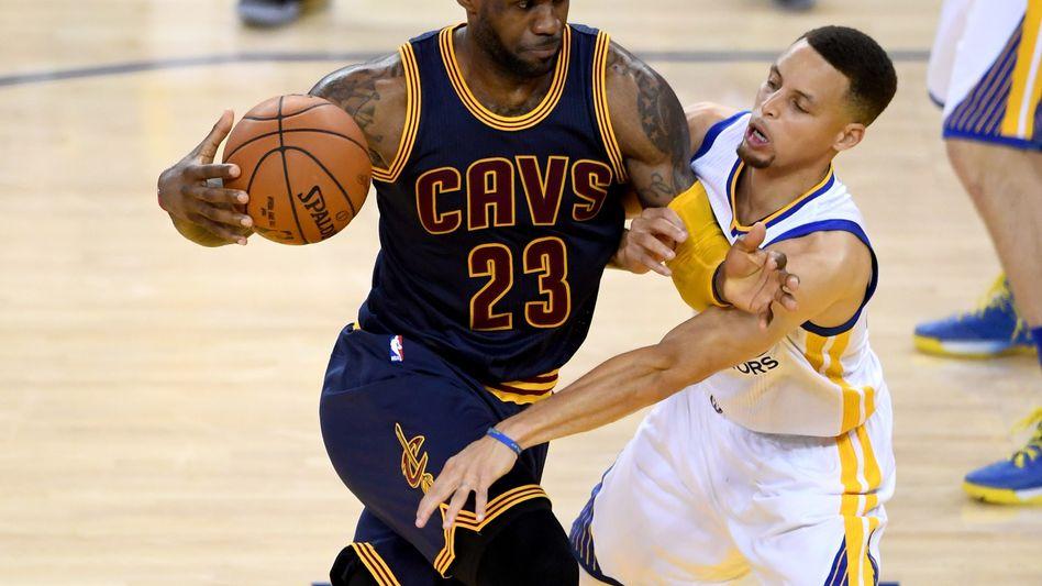 LeBron James (l.), Stephen Curry