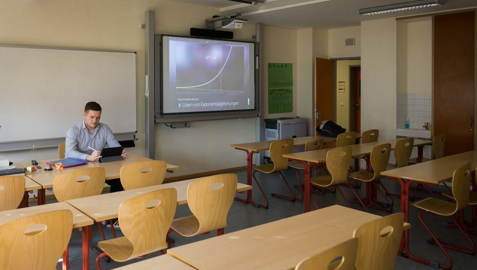 Lehrer Paul Aurin in Hohen-Neuendorf: Vorbereitung für die digitale Unterrichtsstunde