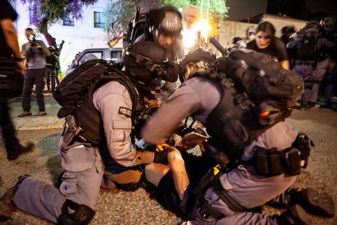 Auch israelische Palästinenser protestieren: Polizisten bei einer Festnahme in Haifa