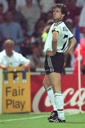EM-Halbfinale 1996: Matchwinner Andy Möller ahmt Paul Gascoigne nach
