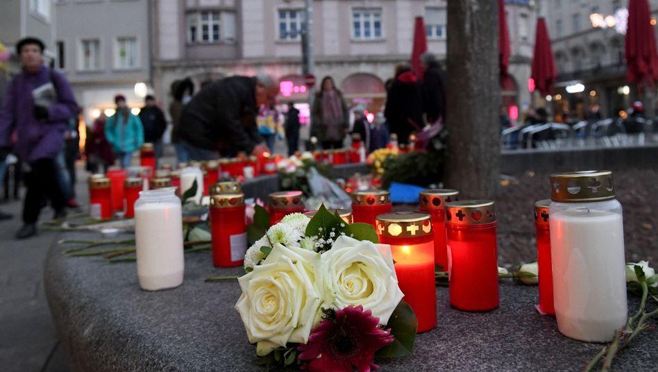 Am Königsplatz in Augsburg brennen Kerzen und liegen Blumen