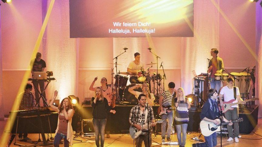 Gebetsnacht: Im Stuttgarter Gospel Forum feiern rund 3500 Menschen die Holy Spirit Night, ein Anbetungsfest für Gott mit Lichtshow, Rockmusik und Tanz.