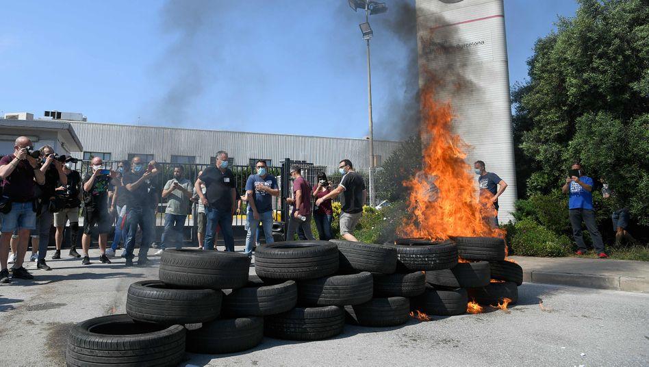 Wütende Nissan-Mitarbeiter verbrennen Reifen vor dem Werk in Barcelona