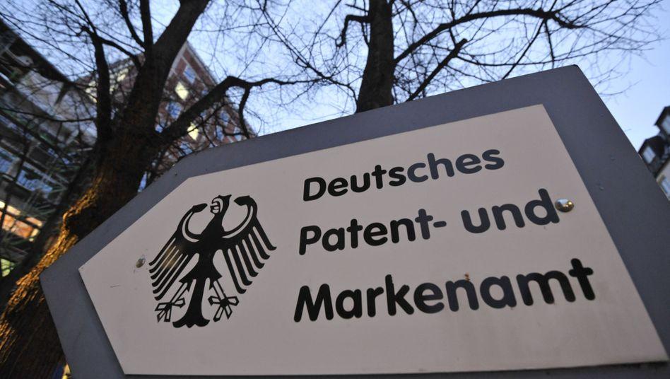 Wegweiser am Eingang zum Hinterhof des Deutschen Patentamts