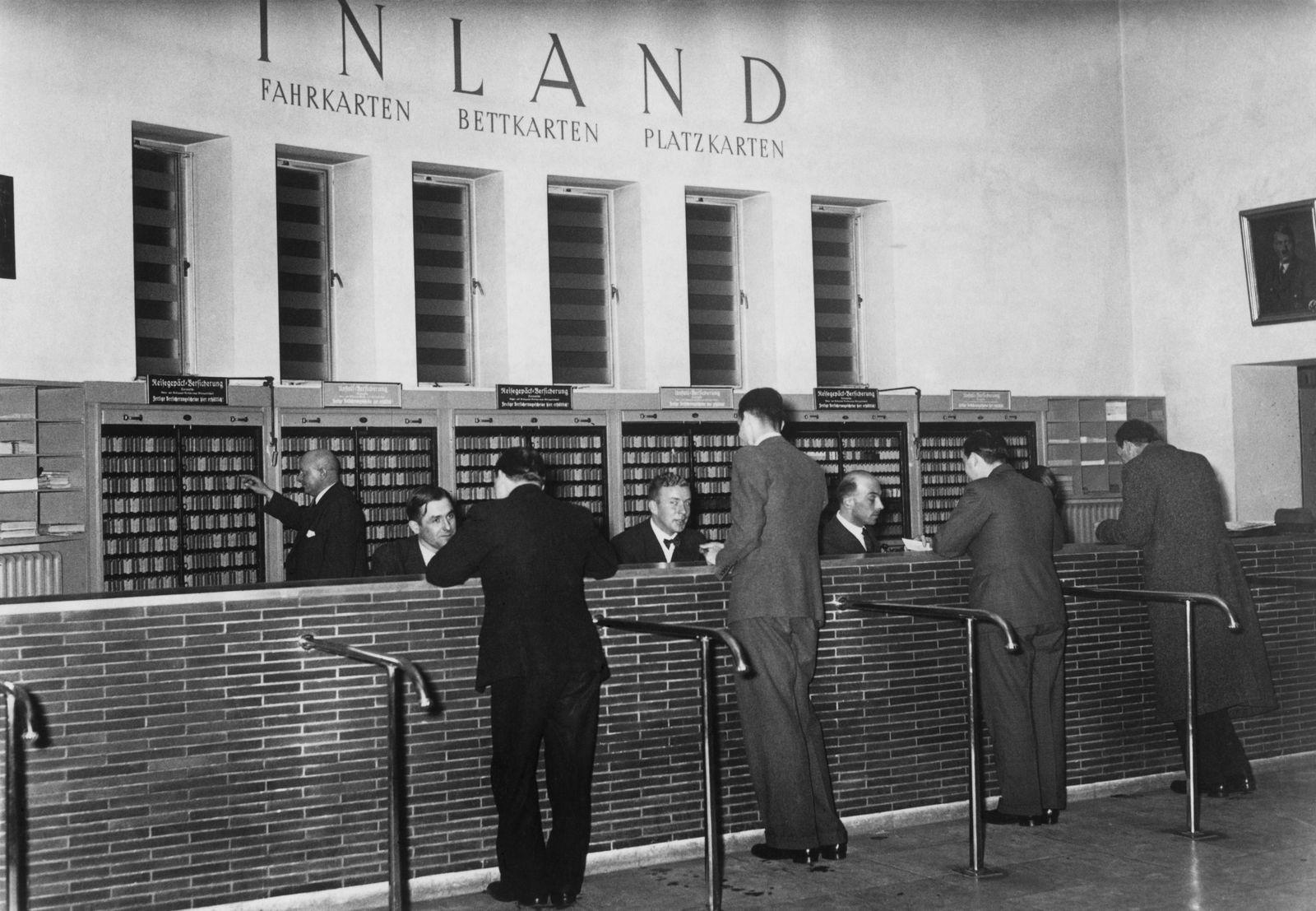 Deutschland, Berlin: Reisebüro am Leipziger Platz 1937