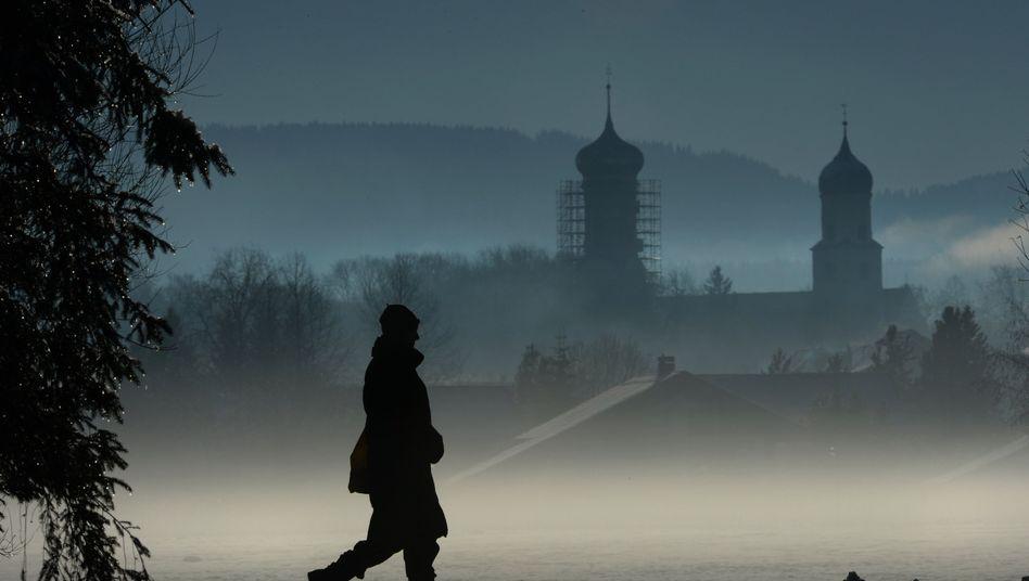 Spaziergängerin im Allgäu (Archivbild vom Dezember 2013): Weniger Sonne, mehr Melatonin