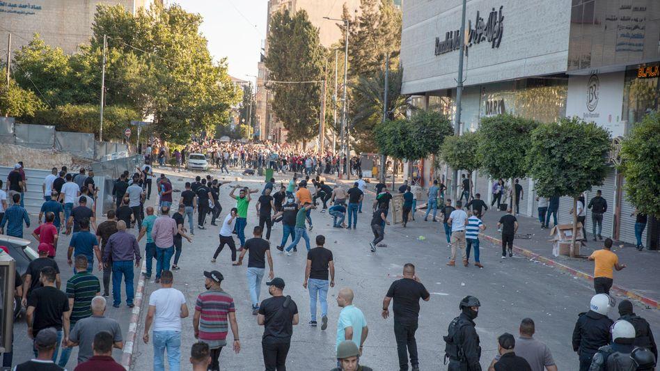 Palästinensische Sicherheitsbeamte in Zivil stießen am Samstag mit Demonstranten nach einer Kundgebung zusammen