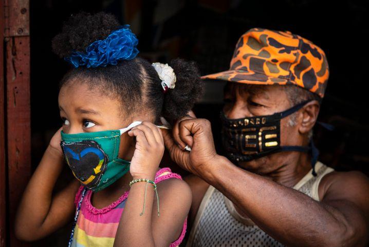 Mit Maske: Kuba hat die Corona-Pandemie medizinisch gut im Griff