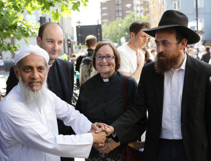 Glaubensvertreter vor der Moschee Finsbury Park