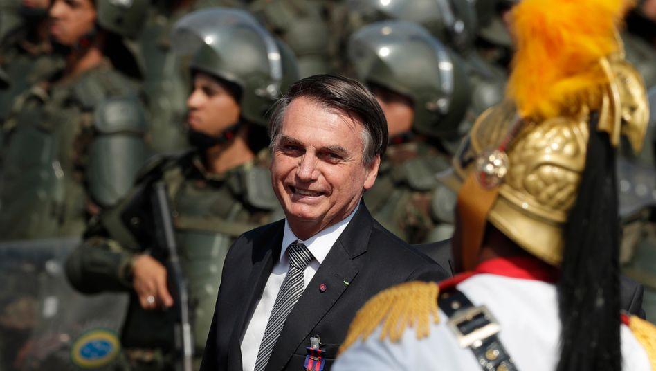 Militärfan Bolsonaro (im Armeehauptquartier in Brasilia im August 2019): Wenn man den Feind nicht vernichten kann, muss man seine Institutionen zerstören
