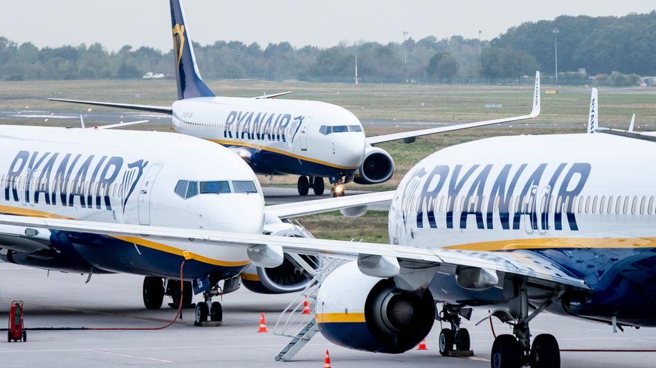 Ryanair-Maschinen stehen auf dem Vorfeld des Flughafens Weeze