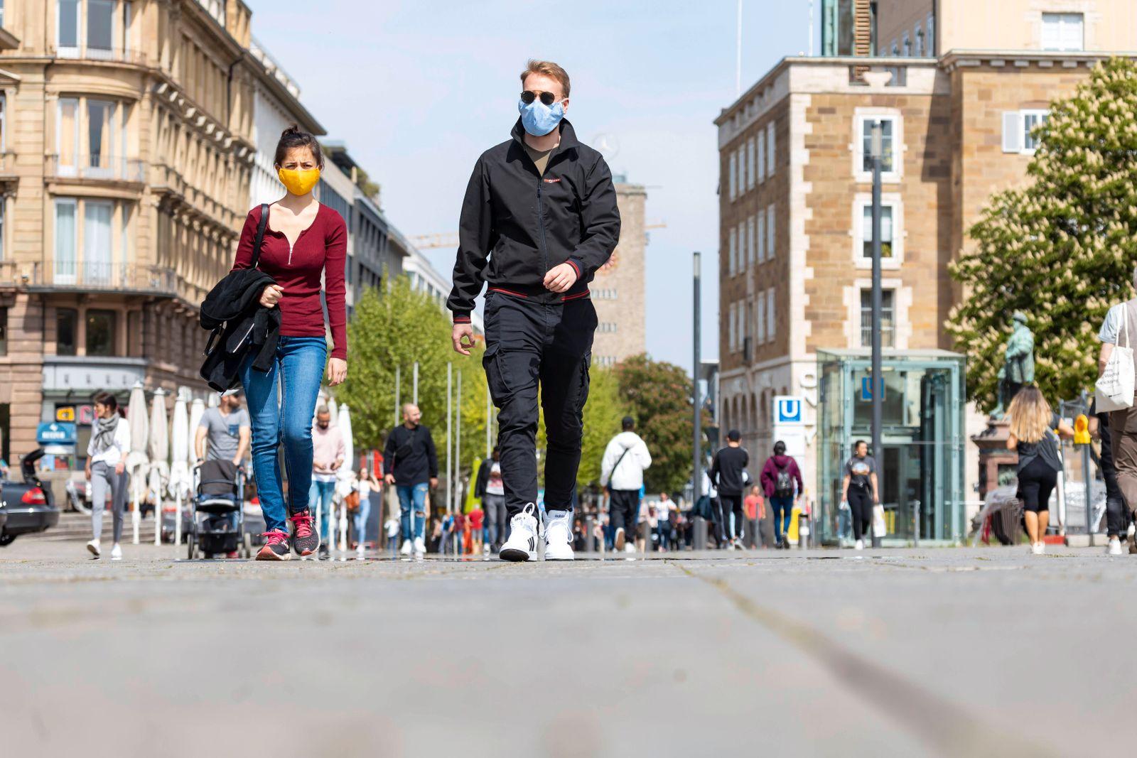 DEU, Deutschland, Baden-Württemberg, Stuttgart, 24.04.2020: Auswirkungen der Corona-Krise: Langsam fahrt das Leben in de