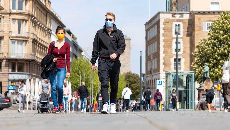 Passanten mit Schutzmaske in Stuttgart